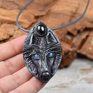 Wisiorek wilk w odcieniach srebra