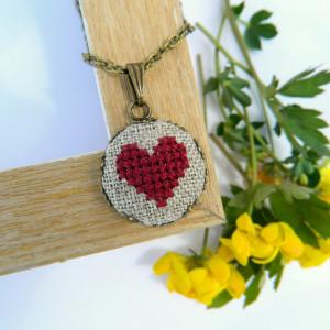 Wisiorek z haftowanym sercem