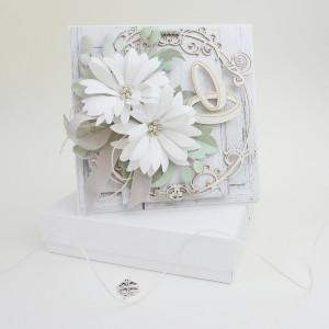 Z białymi kwiatami - w pudełku