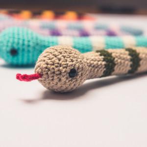 Zabawka dla kota wąż z kocimiętką i waler. Beż