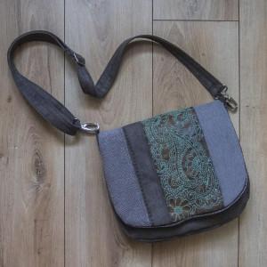 Zamszowa torba z haftowaną klapą