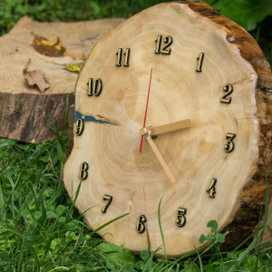 Zegar z drewna z niebieską żywicą epoksydową A03