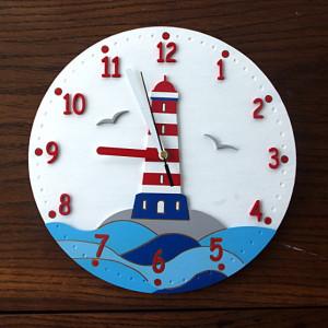 Zegar z latarnią morską w marynistycznym stylu