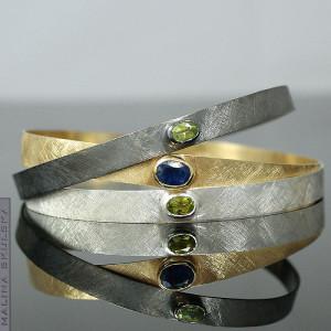 Zestaw trzech bransolet z perydotami i niebieskim
