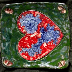 Zielona patera z sercem w kwiaty