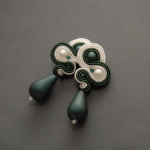 zielono-białe kolczyki lub klipsy sutasz