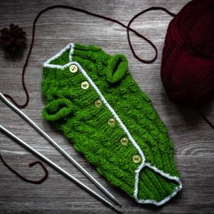 Zielony sweterek z lamówką