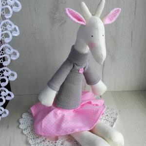 Żyrafa Tilda w spódniczce - różowa